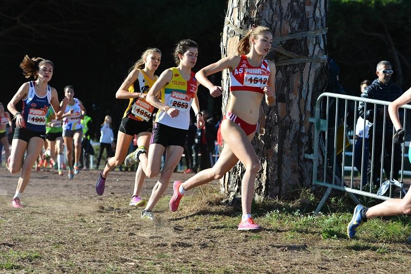 Cassandre Beaugrand lors du cross de sélection à Hyères, 6e de la course et 2e junior derrière Lucie Picard (Photo Organisation Cross international Hyères Méditerannée)
