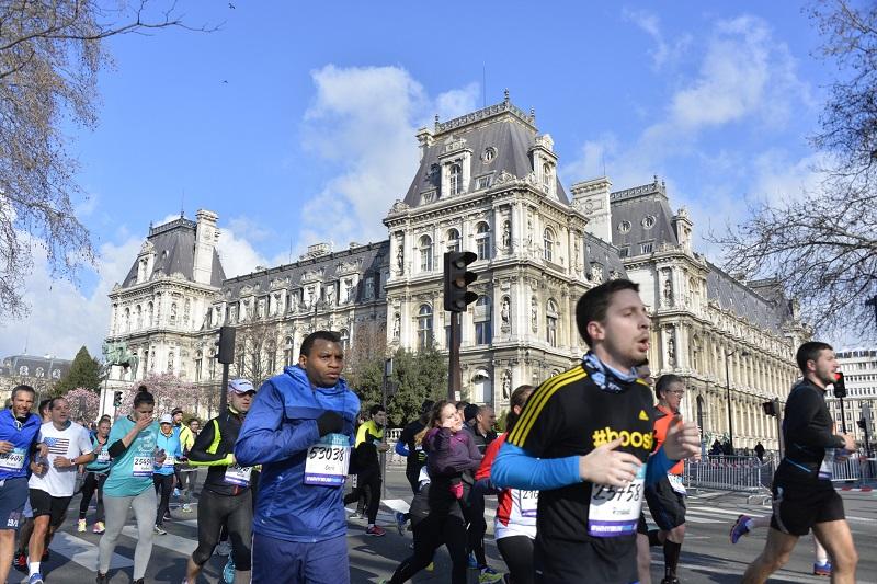 Fitbit Semi de Paris - 06/03/2016 - Paris - France - Les coureurs passant devant la Mairie de Paris