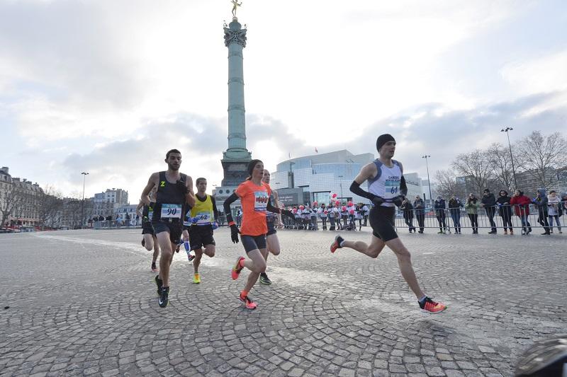Christelle Daunay passe devant la Place de la Bastille